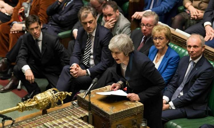 Parlamento ordena a May renegociar el Brexit