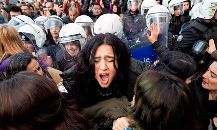 Policía de Turquía reprime a feministas por cantar el himno en Estambul