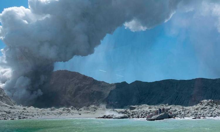 5 muertos y decena de atrapados en erupción del volcán de Nueva Zelanda