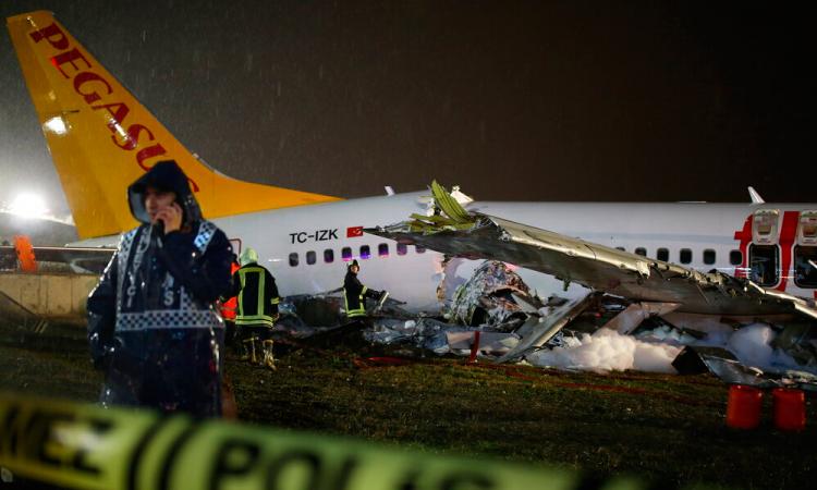 Un avión se parte en tres tras aterrizar en el aeropuerto de Estambul