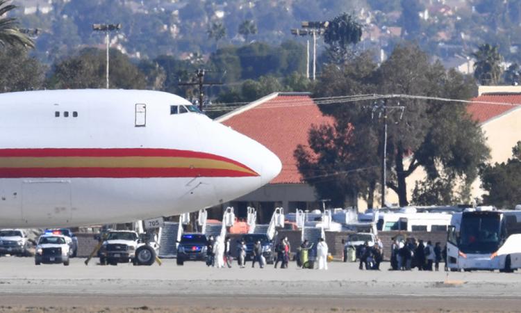Llegan a California 2 aviones de China por coronavirus
