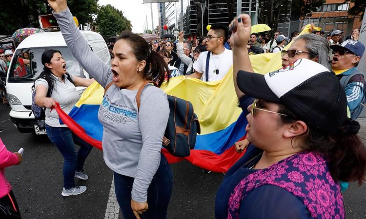 Protestan en Colombia por el asesinato de 14 maestros