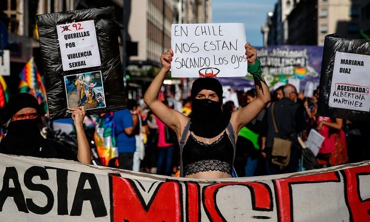 Protestan en el Día de la Mujer en Argentina