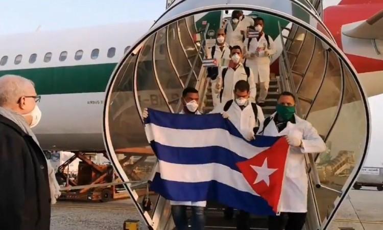 Llega brigada cubana a Italia, combatirá coronavirus