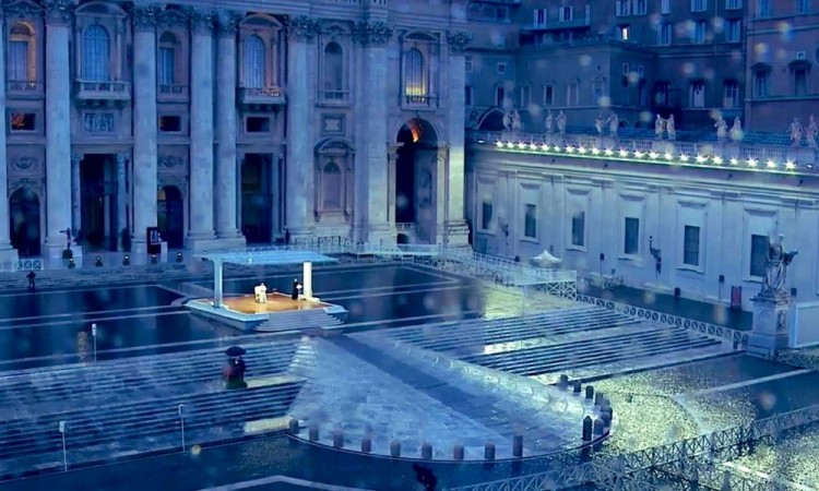 En soledad, el papa bendice al mundo por coronavirus