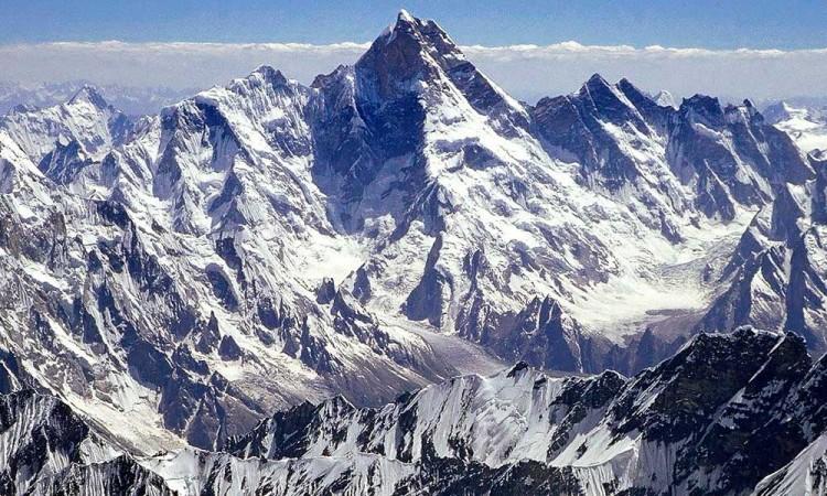 Baja contaminación en India permite ver el Himalaya