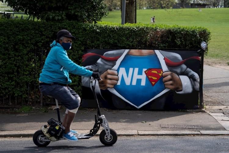 El Reino Unido suma otras 917 muertes por COVID-19, hasta 9 mil 875