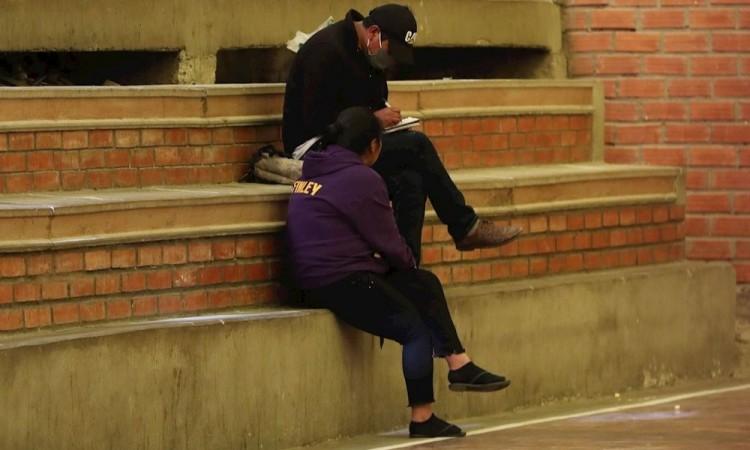 De cancha deportiva a celda para infractores de la cuarentena en Bolivia