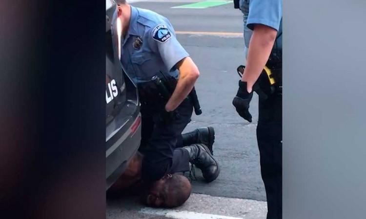 No puedo respirar: afroamericano muere bajo custodia de policía blanco