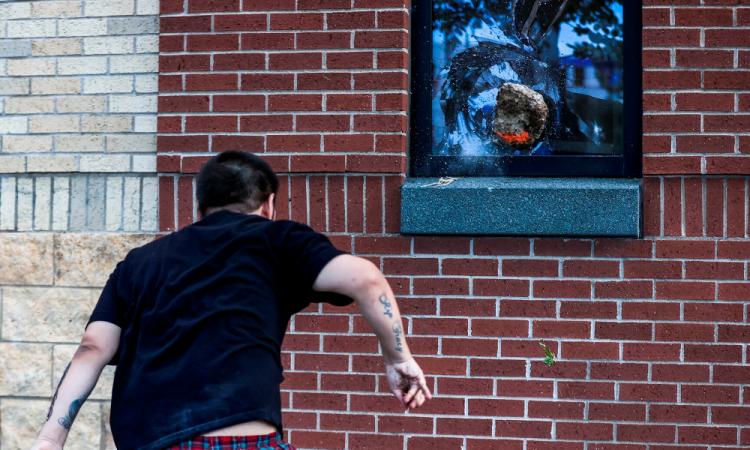 Protestas continúan por muerte de afroamericano a manos de policías estadounidenses