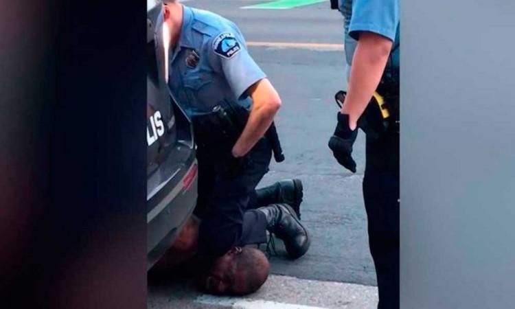 Detienen a policía blanco que mató a afroamericano