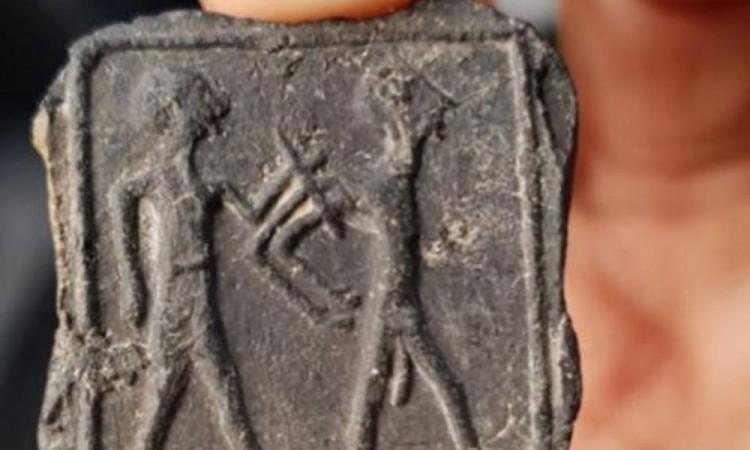 Niño descubre una tablilla de arcilla de 3500 años con la imagen de un hombre desnudo y cautivo