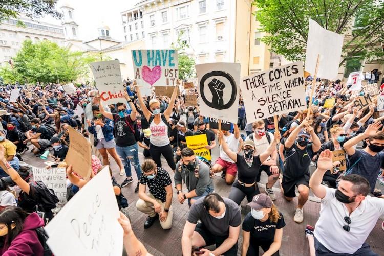 Miles permanecen en las calles de Washington ante toque de queda
