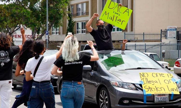 Tribunal frena intento de Trump de poner fin a DACA