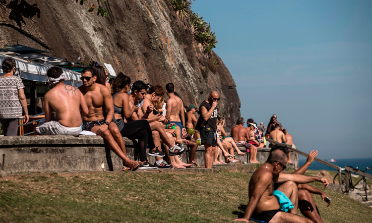 Brasil con casi 50 mil muertes vuelve a endurecer restricciones