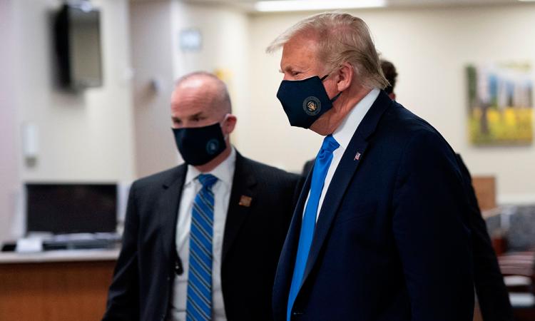 Trump en su visita a un hospital militar en las afueras de Washington