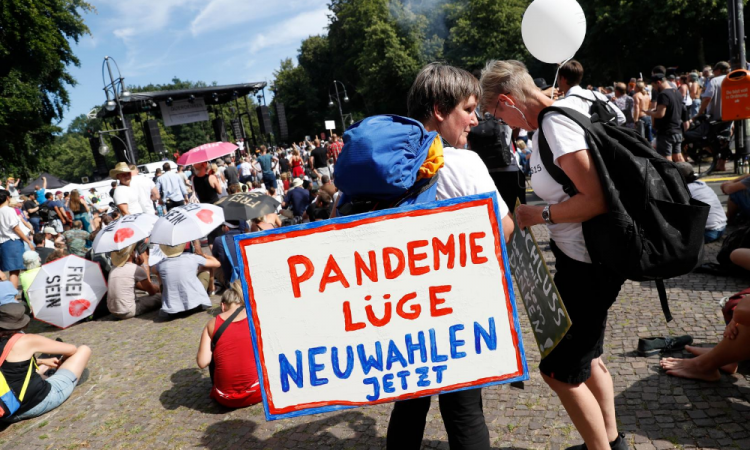 Marcha negacionista de Berlín proclama el fin de la pandemia en pleno repunte