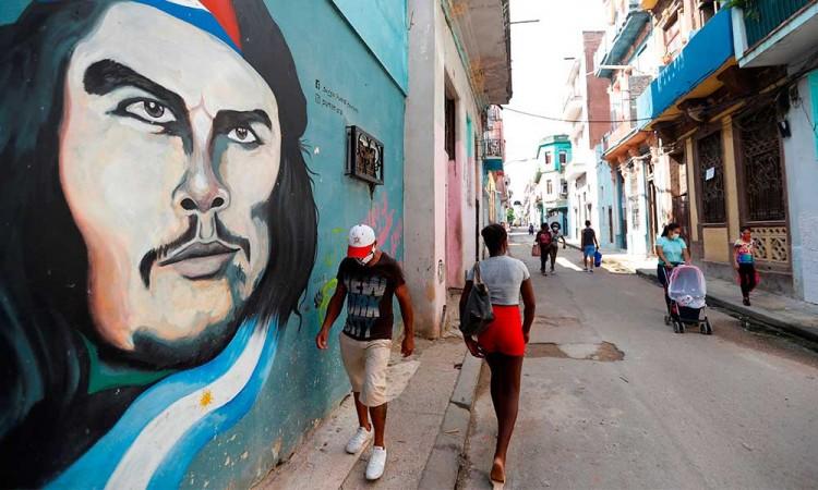 Cuba sufre nueva ola de contagios por Covid-19 tras casi erradicar el virus