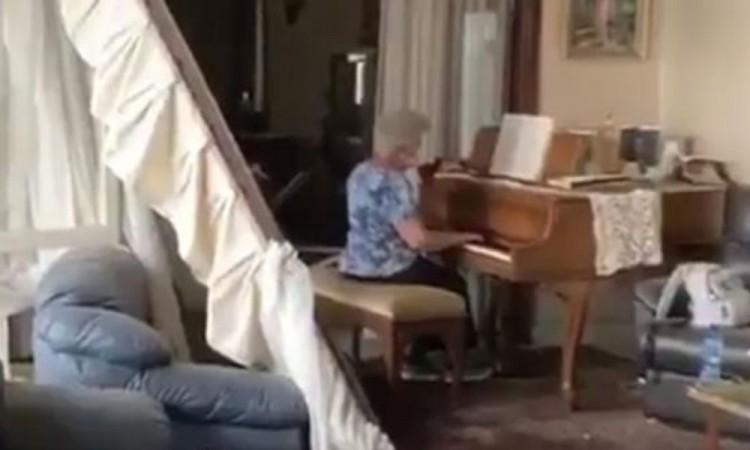 Mujer toca al piano la canción tras explosión en Beirut