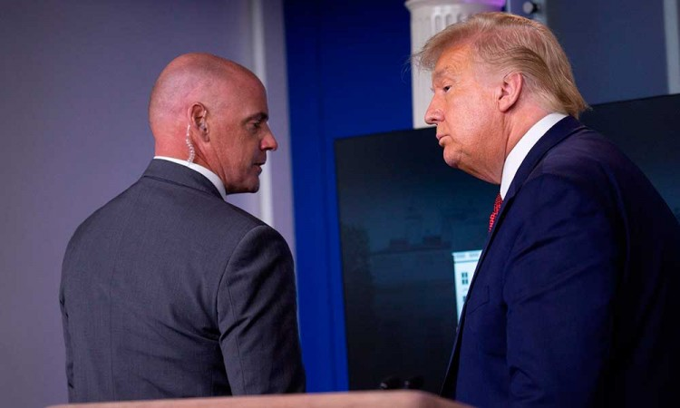 Sacan a Donald Trump de rueda de prensa por disparos junto a la Casa Blanca