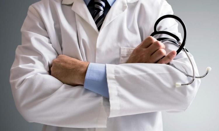 El médico le entregó aspirinas y dióxido de cloro.