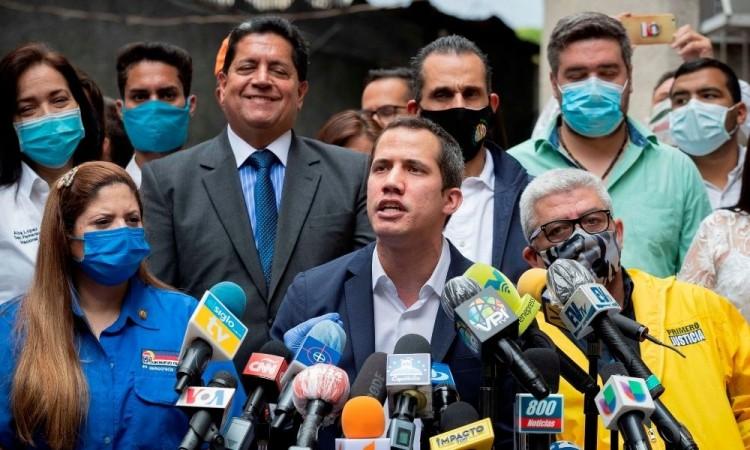 La oposición comenzó la entrega de un bono de 300 dólares a 62 mil 697 profesionales de la salud.