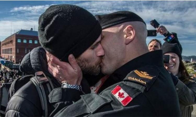 La cuenta oficial de las Fuerzas Armadas de Canadá en los Estados Unidos se unió al movimiento.