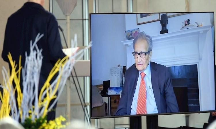 Amartya Sen recibe premio alemán de la paz por teleconferencia y la sala casi vacía