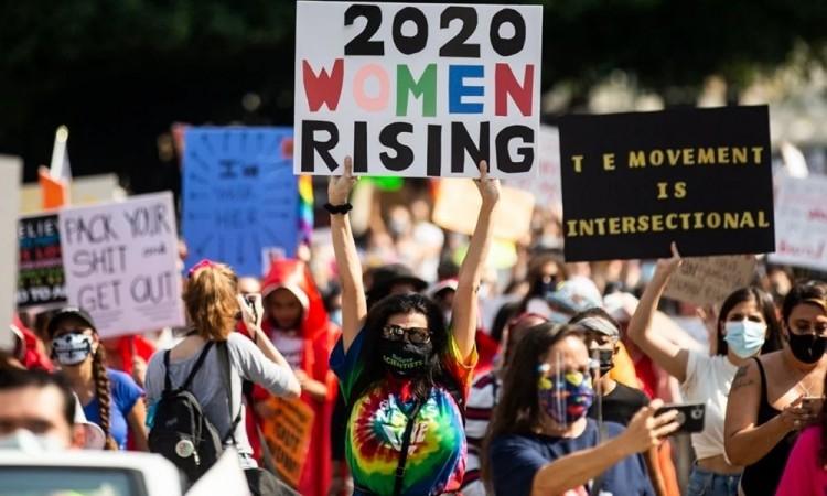 Miles de mujeres se manifiestan contra Trump