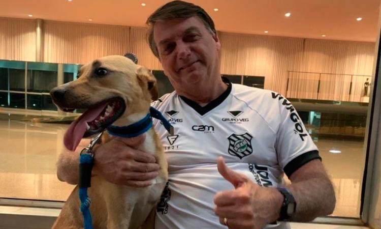 Bolsonaro dice que en su casa las vacunas son obligatorias solo para el perro