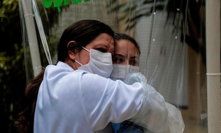 Un hospital de Río de Janeiro fomenta los abrazos en plena época de pandemia