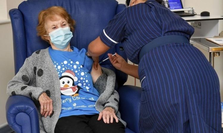 """Una mujer de 90 años y una enfermera filipina, estrellas del día """"V"""""""