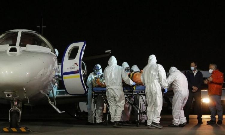 Pasajero muere de manera repentina en medio de un vuelo en EU: pasajeros piensan que fue por Covid-19
