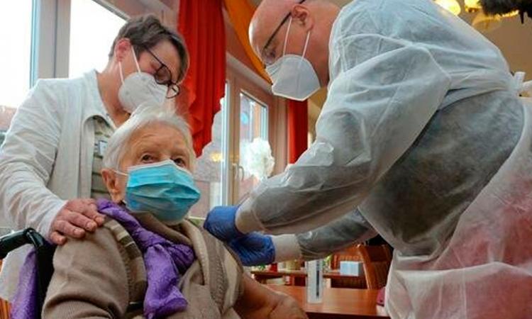 Mujer de 101 años, residente en un asilo, vacunada por adelantado en Alemania