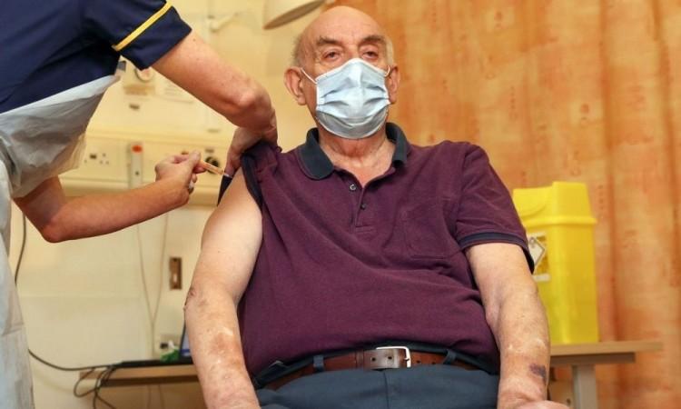 Aplican en Reino Unido la primera vacuna anticovid de Astrazeneca a hombre de 82 años