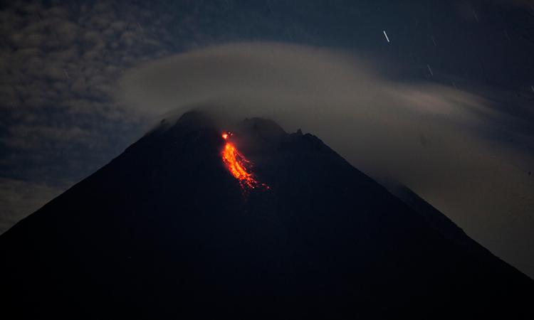El volcán indonesio Merapi expulsa ríos de lava incandescente