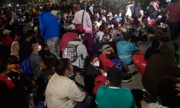 Caravana de migrantes rompe cercos policiales hondureños y cruza a Guatemala