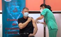 El presidente rumano desata pasiones tras enseñar músculo al vacunarse