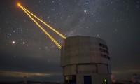 Batalla cósmica a muerte desde la tierra lanzan rayos láser a la Nebulosa Carina
