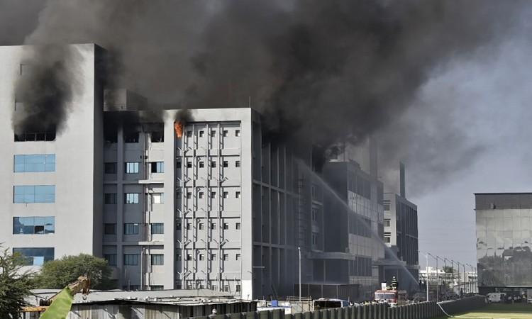 Cinco muertos deja incendio en la sede del mayor fabricante de vacunas del mundo en India