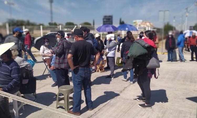 Denuncian largas filas para obtener vacuna contra el Covid-19 en Cholula