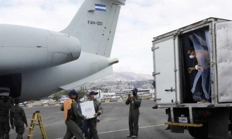 Guatemala recibe las primeras 5 mil vacunas contra la covid-19, donadas por Israel