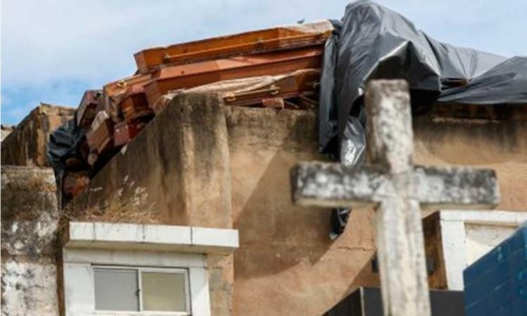 Por falta de espacio cadáveres son amontonados en un cementerio brasileño