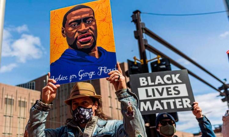 """""""Sin justicia no hay paz, procesen a la Policía"""" Protestan en Mineápolis en el primer día del juicio por la muerte de Ge"""