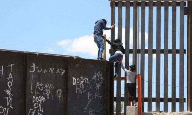 Ecuador dice que niñas lanzadas desde muro fronterizo están fuera de peligro