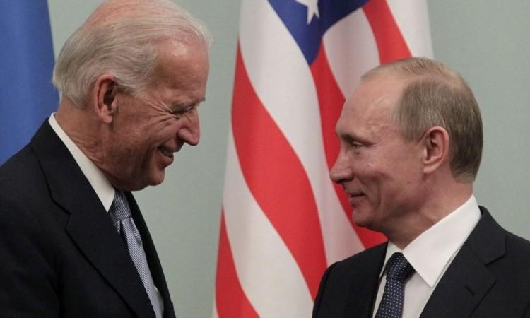 Putin y Biden iniciaron negociaciones para celebrar una cumbre en junio, aseguró el asesor del Kremlin