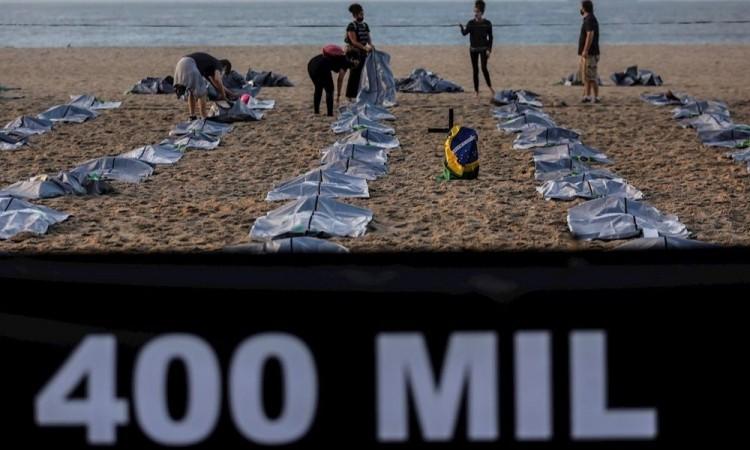 Copacabana se tiñe de luto en memoria de 400 mil muertos de Covid-19 en Brasil