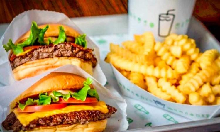 ¡Hamburguesas y papas gratis! Shake Shack regala comida en Nueva York para quienes se vacunen
