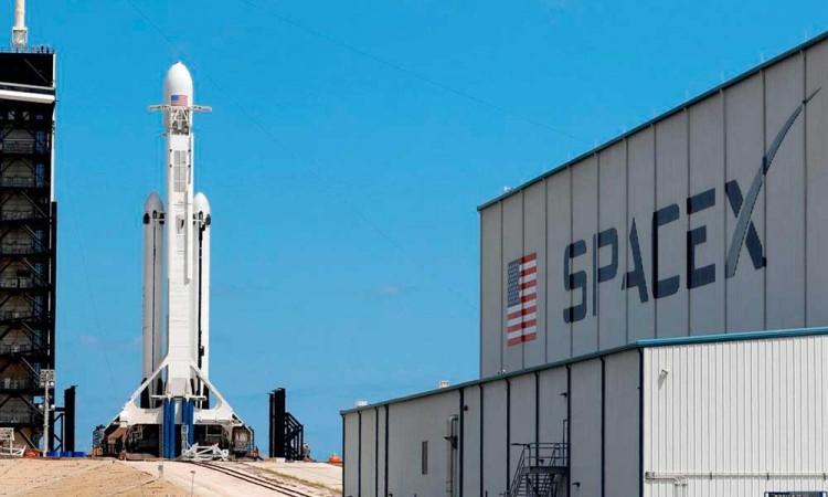 SpaceX lanza cohete reciclable Falcon 9 con 52 satélites para su red de internet Starlink