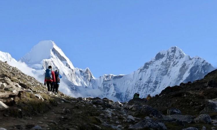 Expedición internacional abandona el Everest por el aumento de coronavirus en el campamento